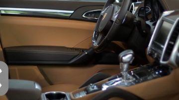 Na čem taky pracujeme: Pomáháme řídit výrobu komponent luxusních aut potažených kůží.